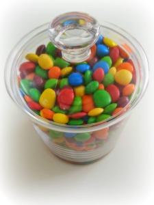 Ein Glas voller bunter Bonbons