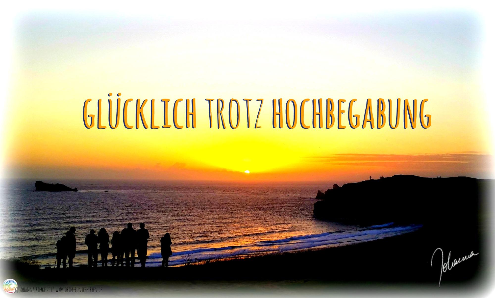 """Schriftzug """"Glücklich trotz Hochbegabung"""" auf Foto von Sonnenuntergang am Meer (c) Johanna Ringe 2017 www.dein-buntes-leben.de"""
