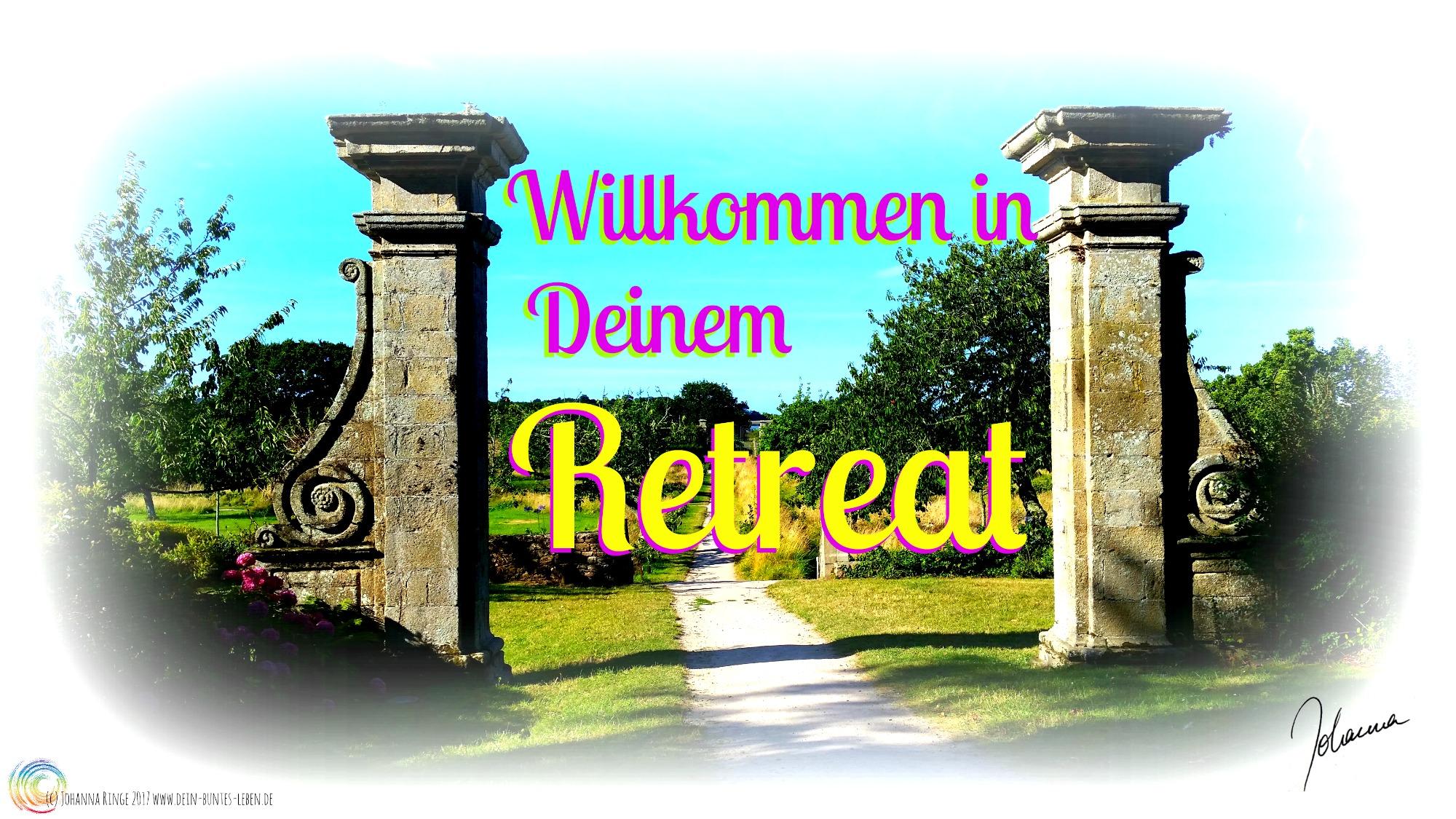 """Text """"Willkommen in Deinem Retreat"""" über Photo durch altes Tor in einen weiten Garten (c) 2017 Johanna Ringe www.dein-buntes-leben.de"""