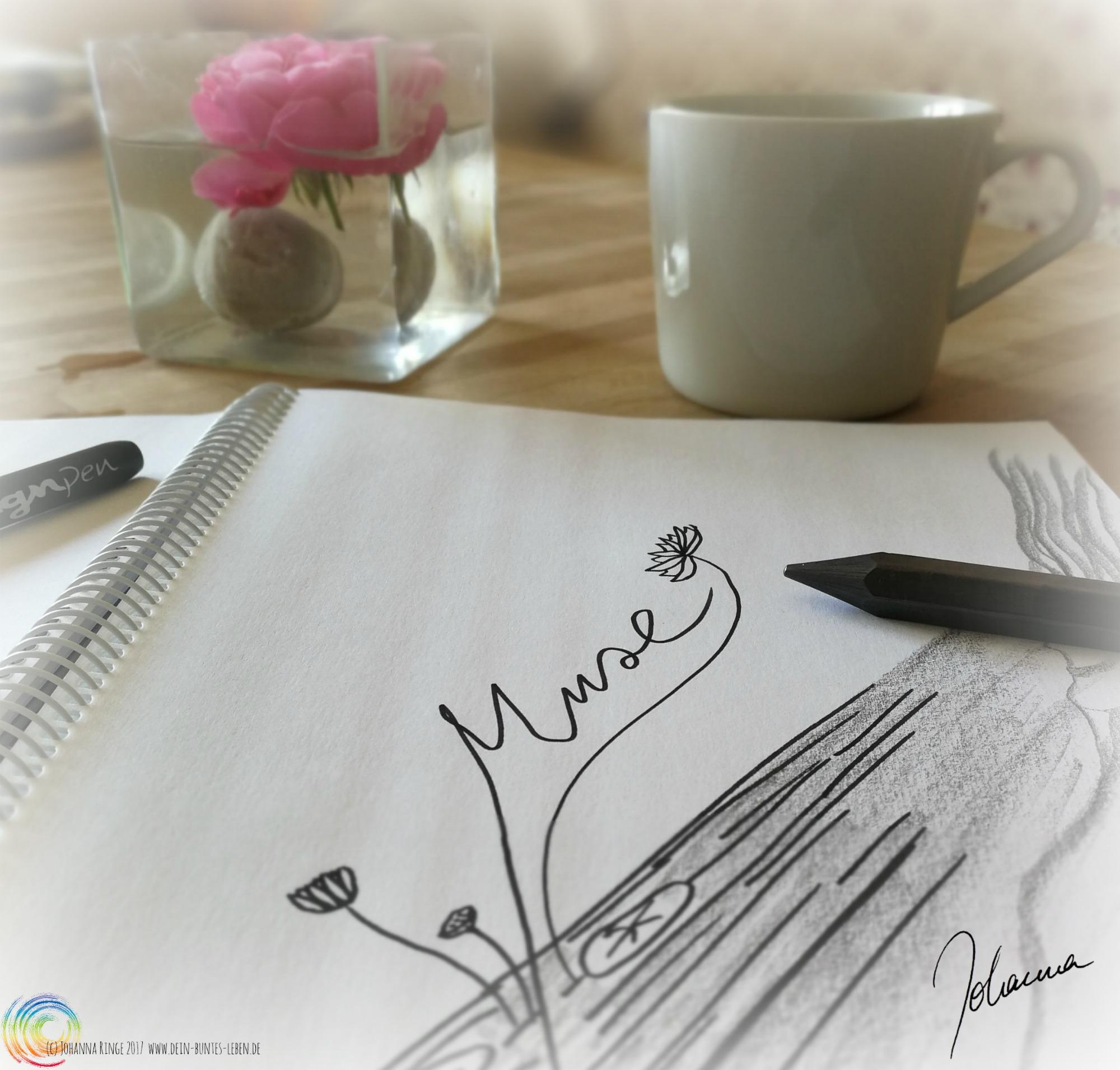 Foto: Zeichenblock mit Lotus-Skizze und Schriftzug Muse, dahinter Teebecher und Rosenblüte. (c) Johanna Ringe 2017 www.dein-buntes-leben.de