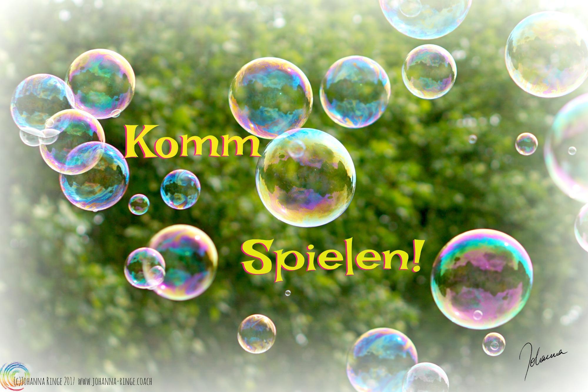 Foto von Seifenblasen vor Laub mit Schriftzug: Komm Spielen! (c)2017 Johanna Ringe www.johanna-ringe.coach