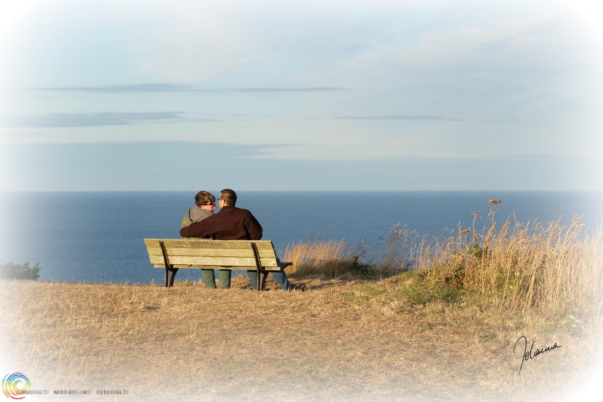 Liebe: Foto von Paar auf Bank am Meer. (c) Johanna Ringe 2017 www.johanna-ringe.coach Foto von Ronja Ringe 2016