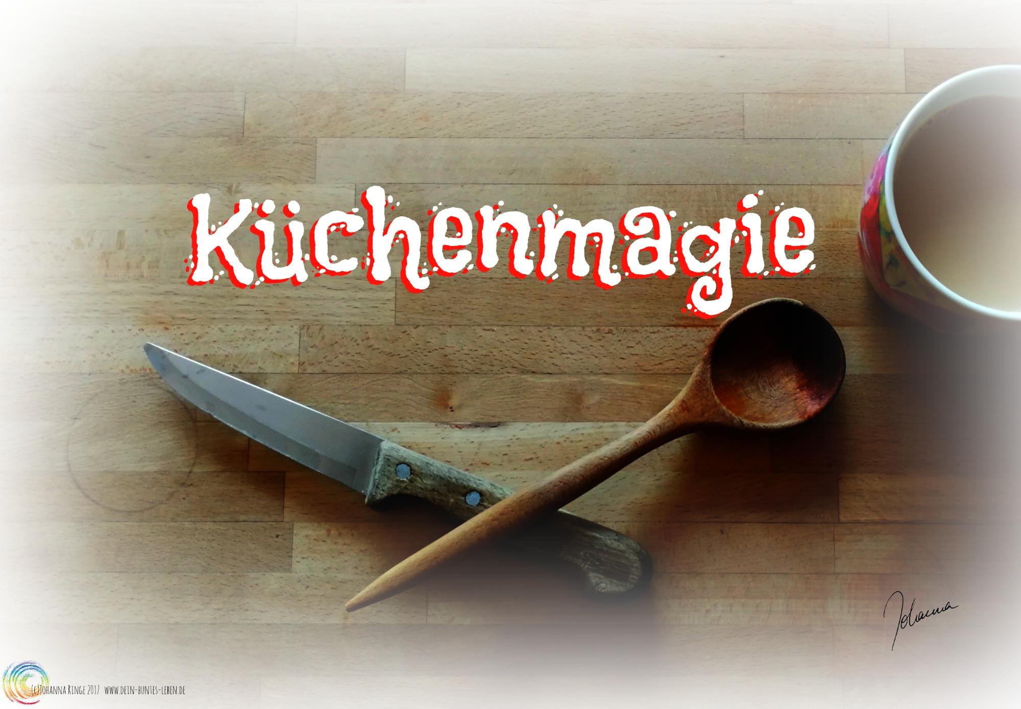 Das Wort Küchenmagie über miteinander gekreuztem Messer und Kochlöffel (c)2017 Johanna Ringe www.dein-buntes-leben.de
