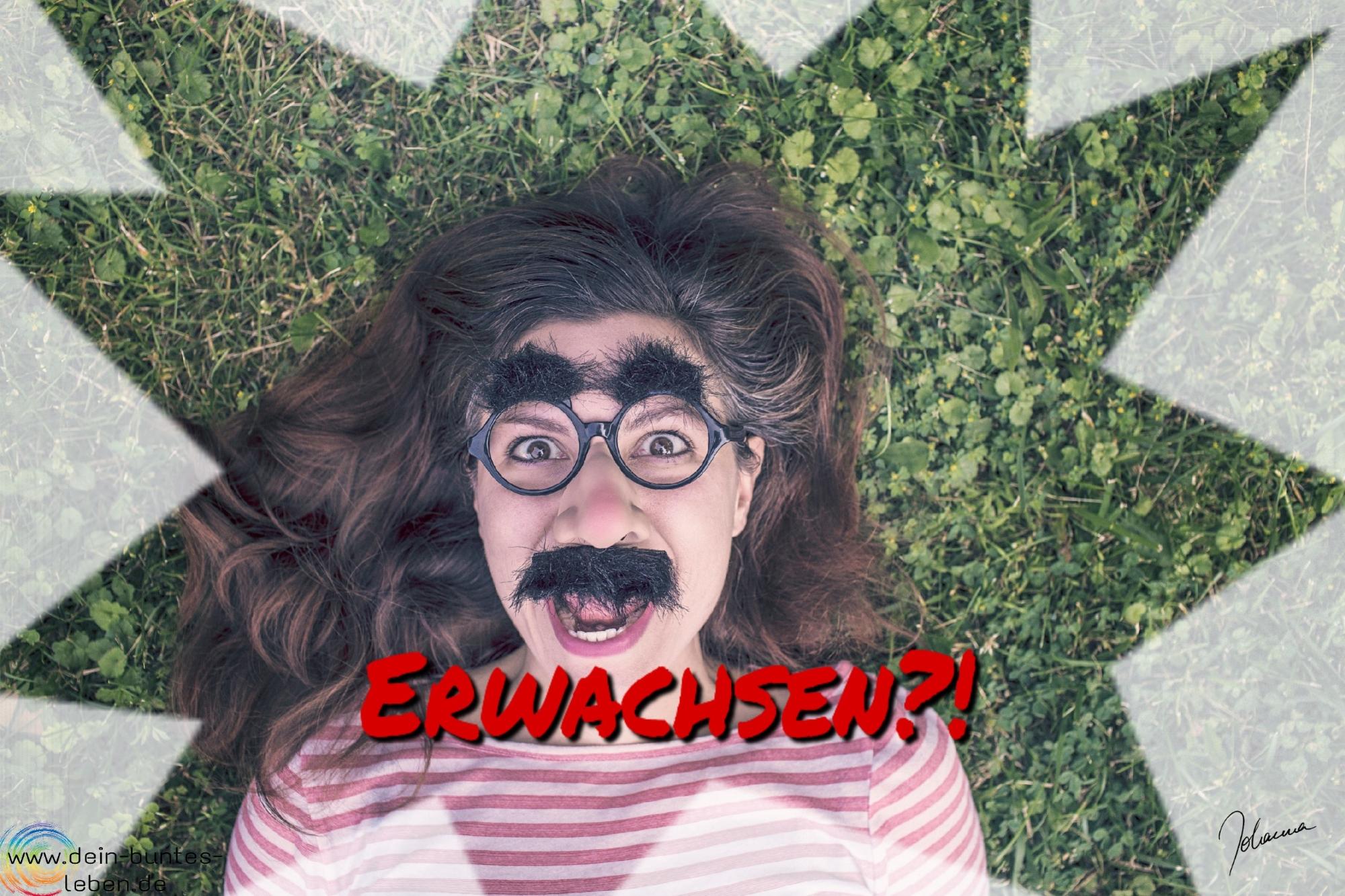 Erwachsen?! als schriftzug auf einem Photo einer Frau mit Groucho-Marx-Maske. (c)2017 Johanna Ringe www.dein-buntes-leben.de