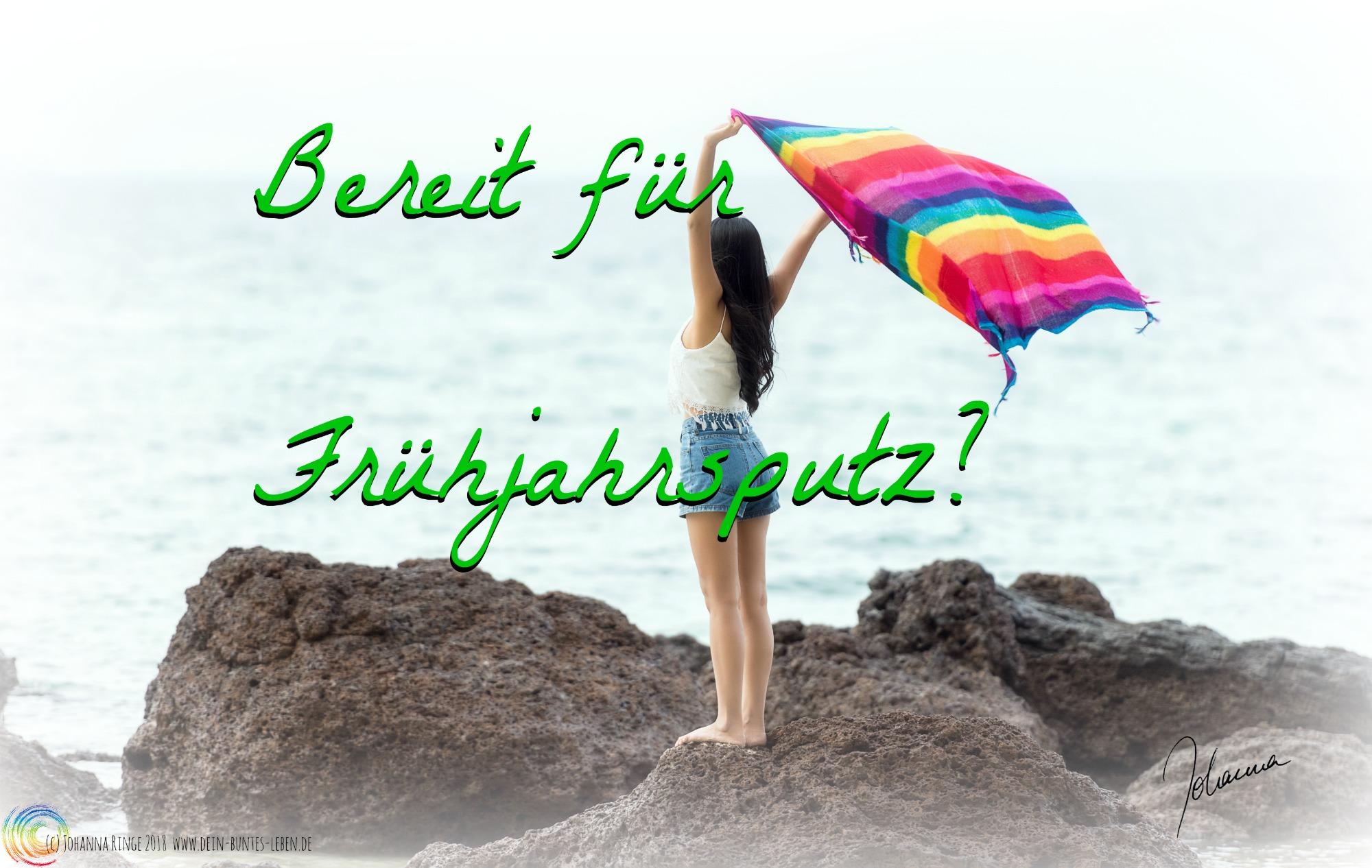Bereit für Deinen Frühjahrsputz? Text auf Foto von Frau am Meer, die ein buntes Tuch in den Wind hält. (c) Johanna Ringe 2018 www.dein-buntes-leben.de