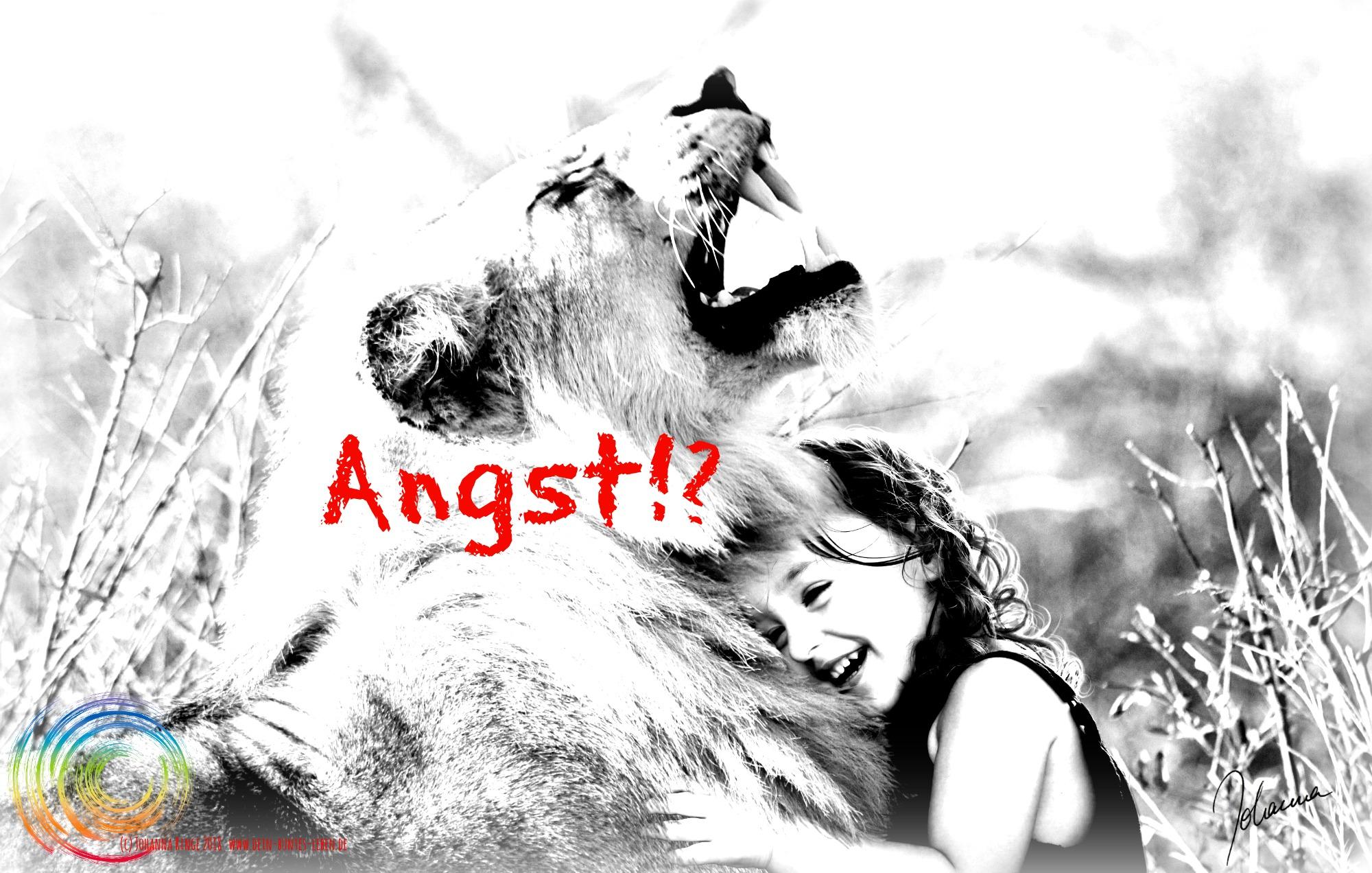 Schriftzug Angst über einem Foto von kleinem Mädchen, das sich lachend an einen Löwen kuschelt. (c) 2018 Johanna Ringe www.dein-buntes-leben.de