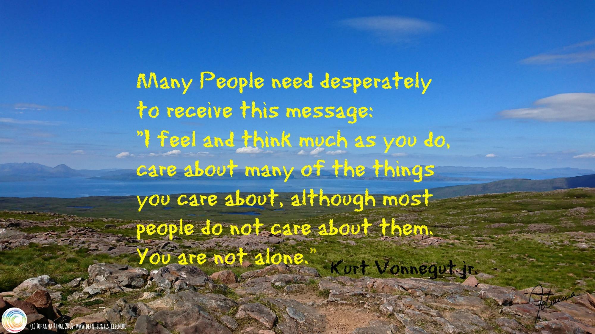 Kurt Vonnegut jr. Zitat auf einem Landschaftsfoto (Skye): You are not alone. (c) Johanna Ringe 2018 www.dein-buntes-leben.de
