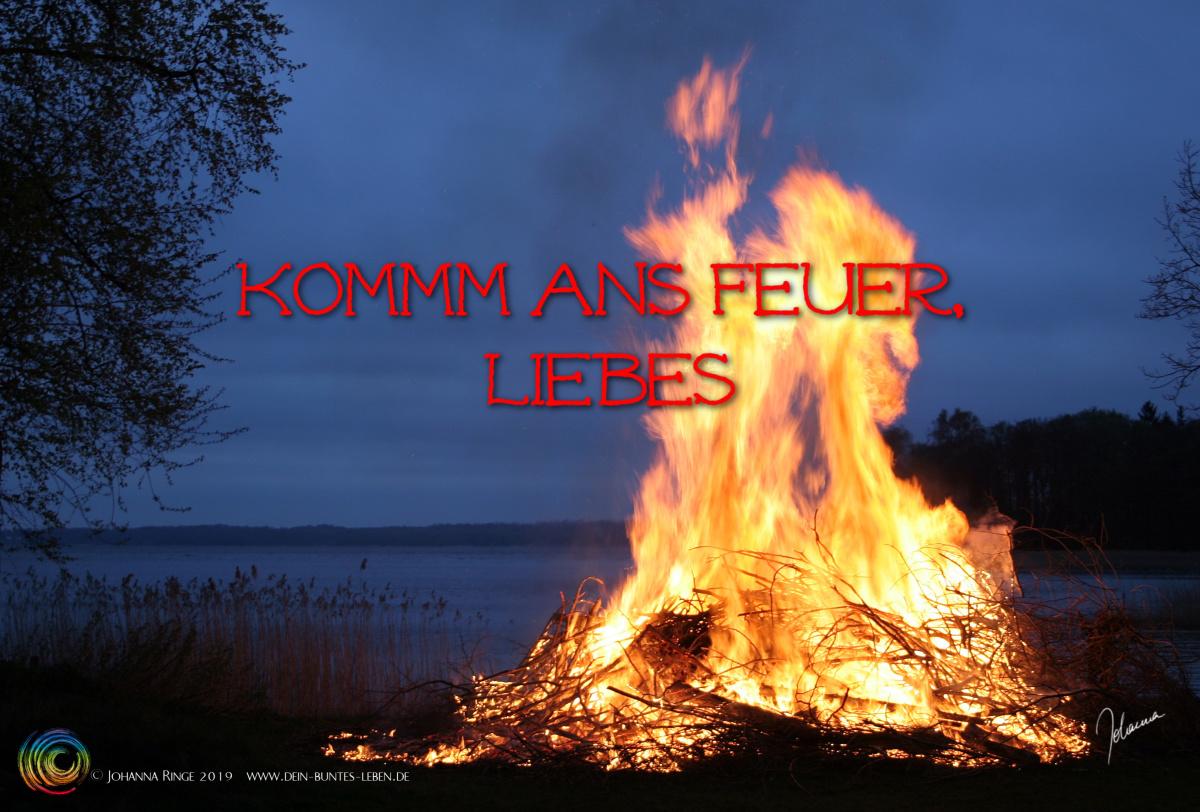 Kreis ums Feuer: Komm ans Feuer, Liebes. Text über Foto von Lagerfeuer in der Dämmerung. ©2019 Johanna Ringe www.dein-buntes-leben.de