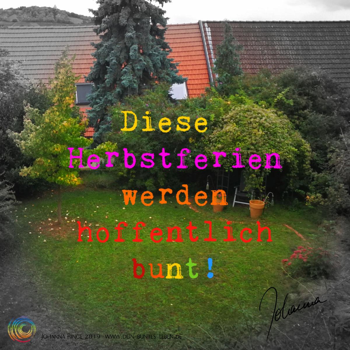 Diese Herbstferien werden hoffentlich bunt! Bunter Text auf Foto von herbstlichem Garten. ©Johanna Ringe 2019 www.dein-buntes-leben.de