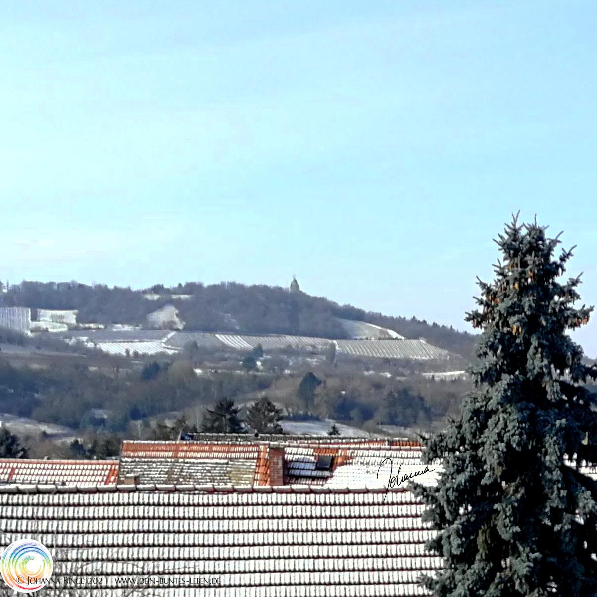 Zwei Herzen, Sonne im Schnee. Photo über Dächer und Weinberge. ©Johanna Ringe 2021 www.dein-buntes-leben.de